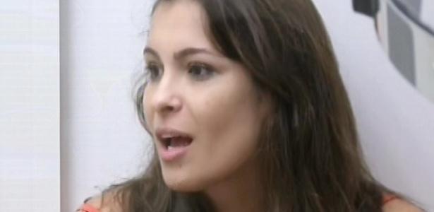 21.fev.2013 - Kamilla conversa com Fani sobre a sua embriaguez na festa desta madrugada