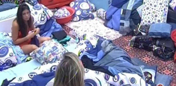 21.fev.2013 - Kamilla e Fernanda acordam e planejam ir à piscina, e Eliéser dorme no fundo