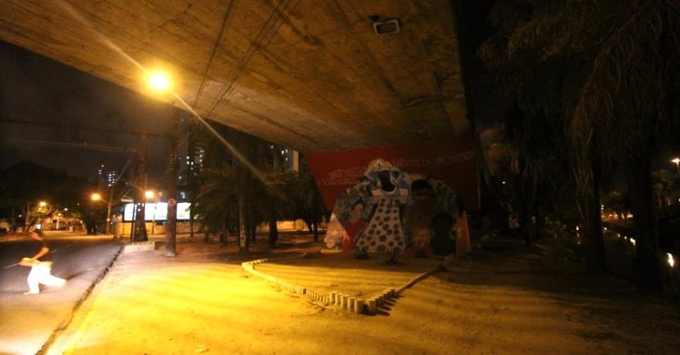 21.fev.2013 - Local onde um recém-nascido foi encontrado abandonado, embaixo de um viaduto, no bairro de Santo Amaro, zona central do Recife. O bebê foi achado por um catador de papelão, que entregou a criança à PM. A criança foi levada para uma unidade de saúde próxima, onde passa bem