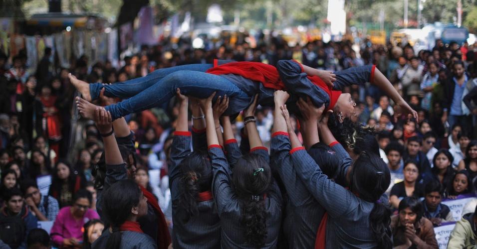21.fev.2013 - Manifestantes encenam um estupro durante protesto em frente ao Parlamento da Índia, em Nova Déli. A população quer que o governo aprove leis mais duras contra casos de estupro