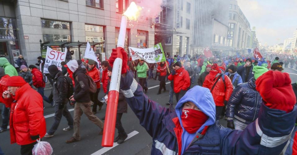 21.fev.2013 - Milhares de pessoas participam de manifestação, em Bruxelas, na Bélgica, contra cortes salariais. Sindicatos belgas convocaram uma greve geral por todo o país