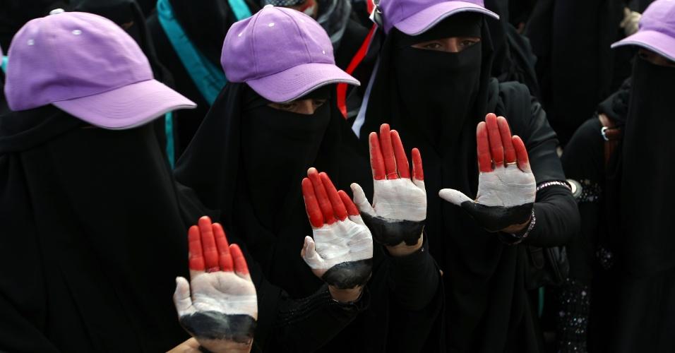 21.fev.2013 - Mulheres com as mãos pintadas nas cores da bandeira do Iêmen fazem uma manifestação para marcar o primeiro aniversário da eleição do presidente Abd-Rabbu Mansour Hadi, na capital Sanaa. No final de 2010 o Iêmen depôs o presidente Ali Abdullah Saleh, há 32 anos no poder, no bojo do movimento conhecido como Primavera Árabe