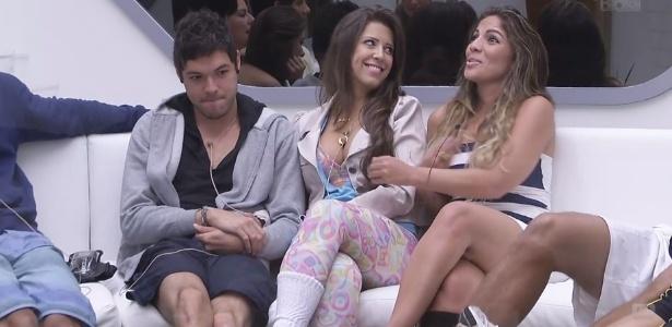 21.fev.2013 - Nasser, Andressa e Anamara aguardam contato ao vivo de Bial para a prova do líder