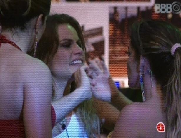 21.fev.2013 - Natália chora e declara amizade para Fani e Anamara