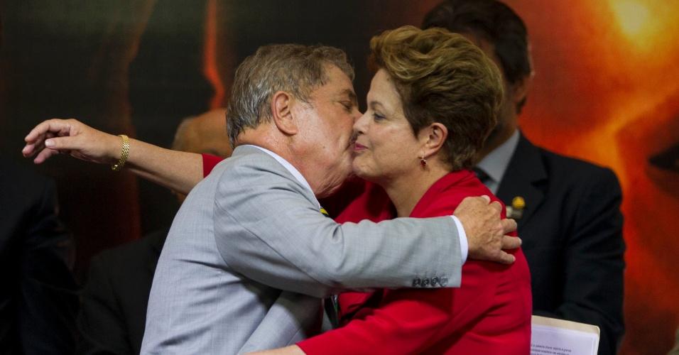"""21.fev.2013 - O ex-presidente Luiz Inácio Lula da Silva e a presidente Dilma Rousseff se abraçam após discurso de Lula nesta quarta-feira (20) durante festa de comemoração dos dez anos do PT no governo, realizada no hotel do parque Anhembi, na zona norte de São Paulo. Lula afirmou que os adversários """"podem juntar quem quiser"""" que não irão derrotar Dilma nas eleições de 2014"""