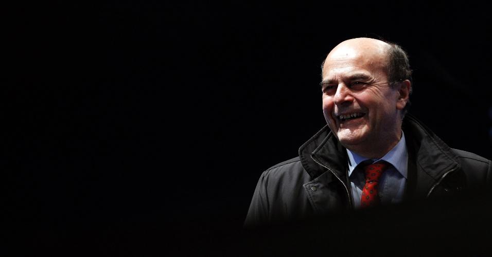 21.fev.2013 - O líder da coalizão de centro-esquerda italiana, Pier Luigi Bersani, participa de um comício em Nápoles. Bersani aparece como favorito a vencer as eleições nacionais realizadas nos dias 24 e 25 deste mês, quando poderá se tornar o próximo primeiro-ministro do país