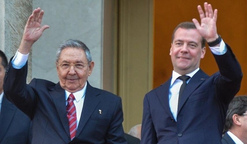 21.fev.2013 - O presidente de Cuba, Raúl Castro (à esquerda), recebe o primeiro-ministro da Rússia, Dmitri Medvedev, no Palácio da Revolução, na capital Havana, nesta quinta-feira (21). Medvedev está no país para uma visita oficial de três dias