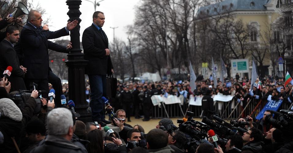 21.fev.2013 - O primeiro-ministro búlgaro, Boyko Borisov, fala com apoiadores em frente ao Parlamento do país em Sófia. Os deputados da Búlgaria aceitaram o pedido de renúncia de Borisov após dias seguidos de protestos violentos contra o aumento do preço das contas de energia elétrica