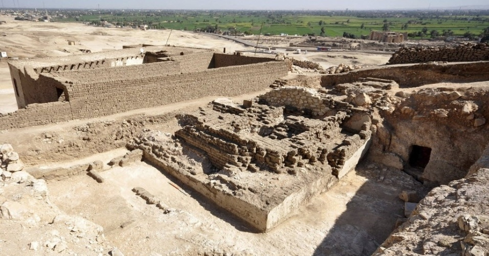 21.fev.2013 - Restos de uma pirâmide com mais de 15 metros de altura e 12 metros de comprimento foram encontrados em Luxor, no Egito. A pirâmide de mais de 3.000 anos pertencia a um vizir (ministro) do  faraó Ramsés 2º