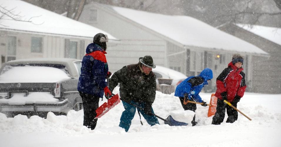 21.fev.2013 - Uma família retira a neve da entrada da casa durante uma nevasca em Overland Park, Kansas (EUA)