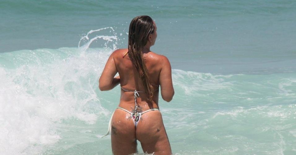 21.fev.2013 - Usando um biquíni fio-dental, a ex-modelo Cristina Mortágua curte dia de praia na Barra da Tijuca, Rio de Janeiro