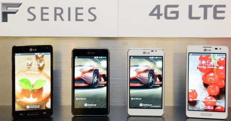 A LG anunciou o lançamento dos smartphones LG Optmus F5 (os dois das pontas) e F7 (os dois do meio, menores). Os equipamentos engrossam o time da LG de smartphones com suporte para internet 4G. O Optmus F5 possui tela de 4.3 polegadas, processador 1.2 GHz dual-core e 8 GB de memória interna. O modelo F7 é equipado com tela de 4.7 polegadas, processador 1.5 GHz dual-core e 8 GB de memória interna. Os dois aparelhos funcionam com Android 4.1.2. Ainda não há previsão de preço