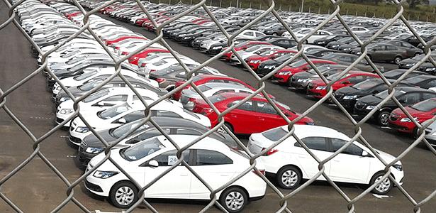 Chevrolet Prisma em pátio, aguardando o lançamento: carro vai ter versão automática de seis marchas