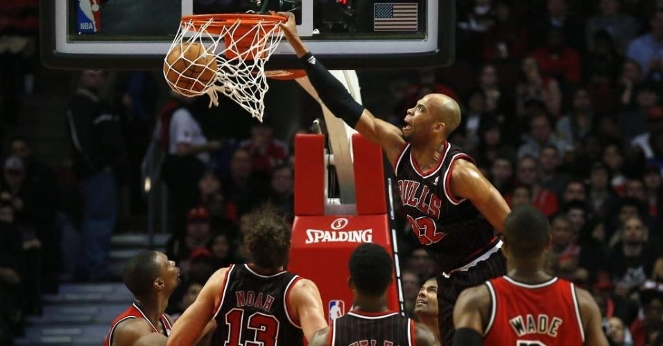 21.fev.2013 - Taj Gibson crava a bola durante a partida entre os rivais Chicago Bulls e Miami Heat