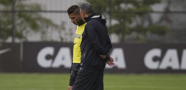 22.02.2013 - Paolo Guerrero conversa com Tite durante o treino do Corinthians no CT Joaquim Grava