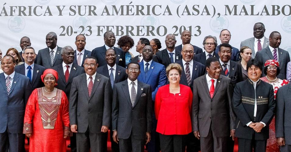 22.fev.2013 - A presidente Dilma Rousseff na foto oficial da cúpula América do Sul-África (ASA), em Malabo, Guiné Equatorial, nesta sexta-feira (22). Durante o encontro, Dilma defendeu a candidatura brasileira à OMC (Organização Mundial do Comércio)