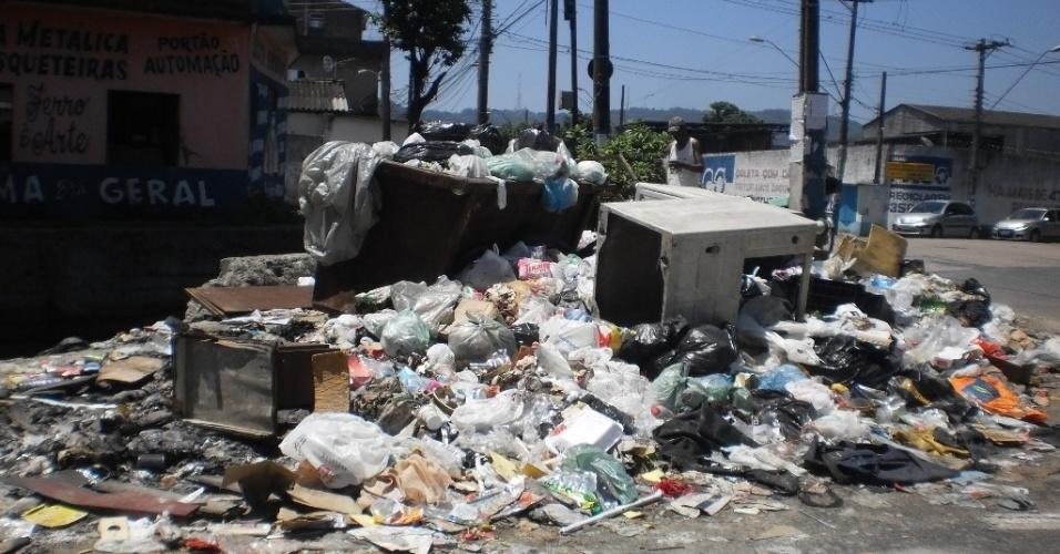 22.fev.2013 - Acúmulo de lixo na avenida Alcides de Araújo, no Jardim Nosso Lar, margeada por um canal onde também há sujeira e mau cheiro