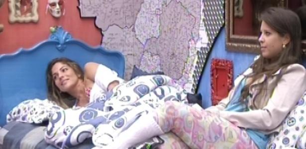 22.fev.2013 - Anamara e Andressa ouvem Fernanda contar sobre as roupas que usava na infância