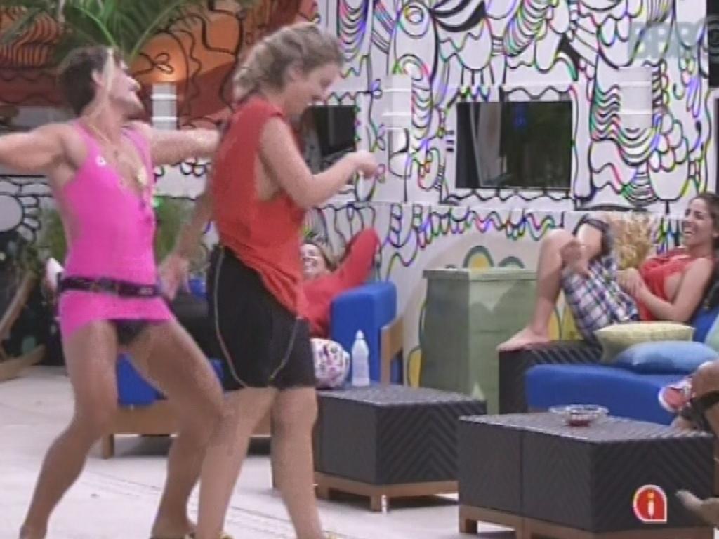 22.fev.2013 - André imita Fernanda dançando