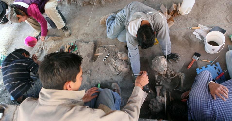 22.fev.2013 - Arqueólogos do Instituto Nacional de Antropologia e História, órgão ligado ao governo mexicano, escavam ossadas em San Andres Cholula, no Estado de Puebla. O órgão descobriu um cemitério pré-hispânico de 800 anos no local, que tem, ao menos, 63 cadáveres - outros 22 esqueletos ainda passam por análise