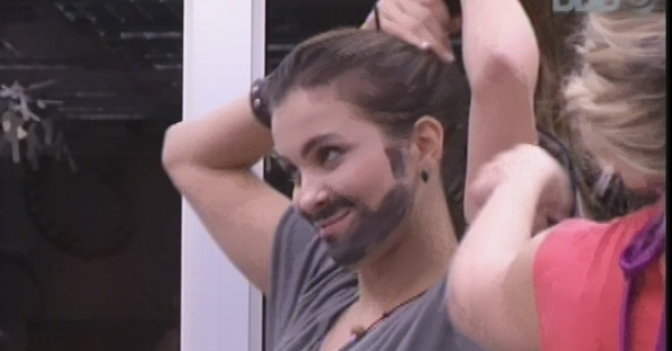 22.fev.2013 - Com roupa de Marcello e barba, Kamilla prende os cabelos