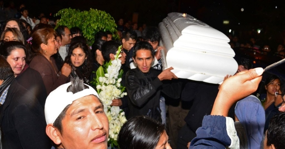 22.fev.2013 - Corpo de jovem de 14 anos morto durante jogo entre Corinthians x San Jose chega a Cochabamba para ser velado