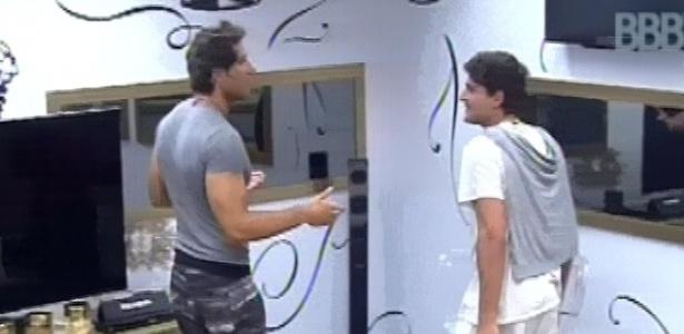 22.fev.2013 - Eliéser chama André para contar que está emparedado após atender o Big Fone