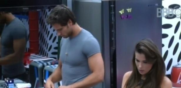 22.fev.2013 - Eliéser e Kamilla começam a conversar sobre o relacionamento deles na cozinha