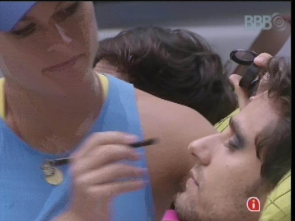 22.fev.2013 - Eliéser é maquiado por Natália na festa do