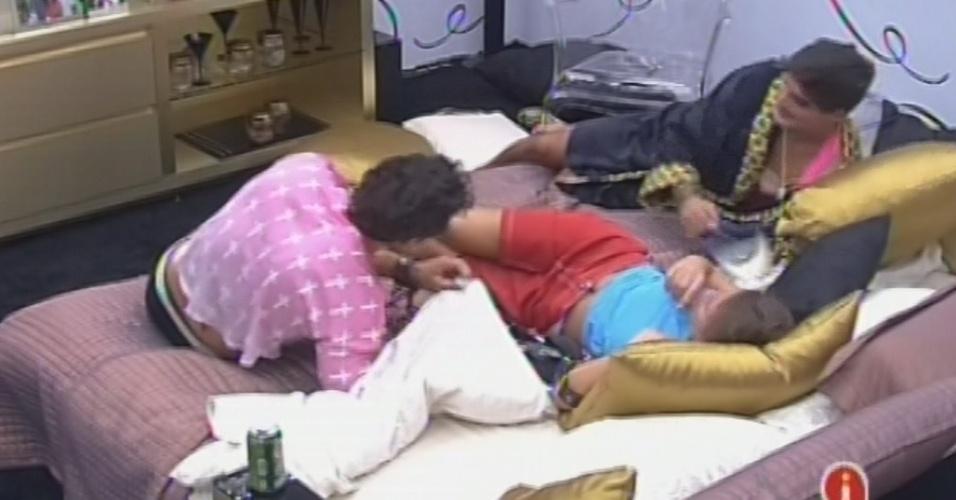 22.fev.2013 - Eliéser, Ntaália e André conversam no quarto do líder
