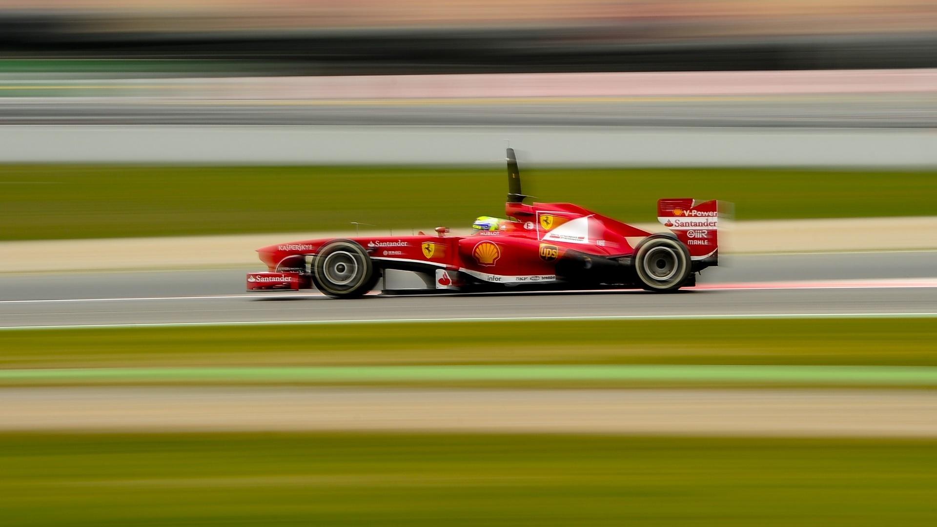 22.fev.2013 - Felipe Massa acelera sua Ferrari pelo circuito de Barcelona durante o último dia de testes coletivos na pista espanhola
