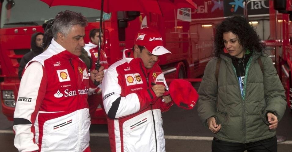22.fev.2013 - Felipe Massa concede autógrafo no paddock do circuito de Barcelona