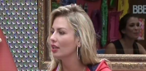 22.fev.2013 - Fernanda conta para outras sisters no quarto brechó sobre como foi a sua infância