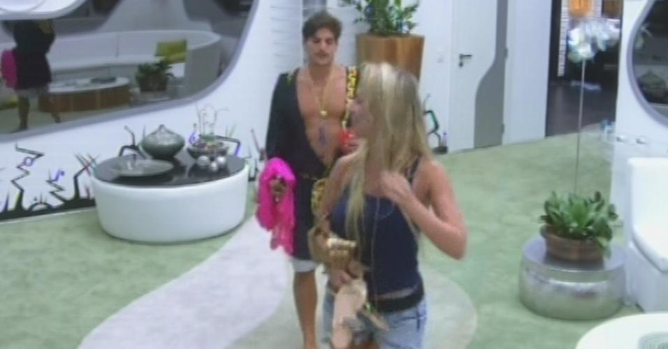 22.fev.2013 - Fernanda convence André a se vestir de mulher para o
