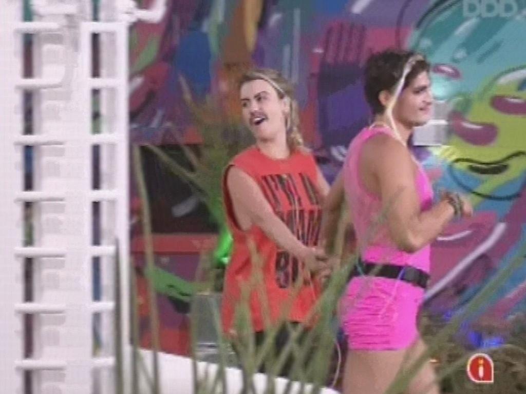22.fev.2013 - Fernanda e André desfilam na festa do