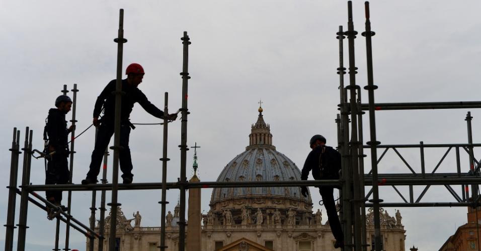 22.fev.2013 - Funcionários começam a construir tablados em frente da Basílica de São Pedro, no Vaticano, que irá acomodar os jornalistas que acompanharão a última audiência geral de Bento 16
