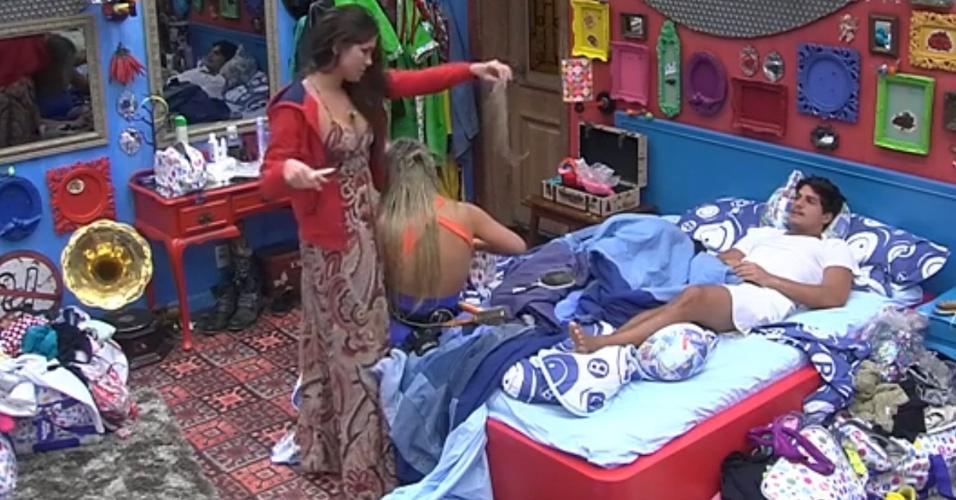 22.fev.2013 - Kamilla corta mecha de cabelo de Fernanda com faca