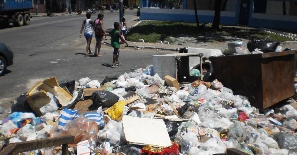 22.fev.2013 - Lixo acumulado impede a circulação de pedestres em passarela da avenida Capitão Luiz Horneaux de Moura, no Jardim Nosso Lar. Pessoas têm de andar pela rua por causa do lixo