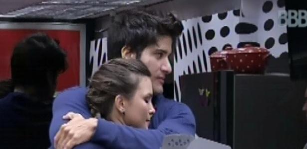 22.fev.2013 - Marcello abraça Kamilla nesta manhã, antes de a miss subir para comer trufas no quarto do líder André