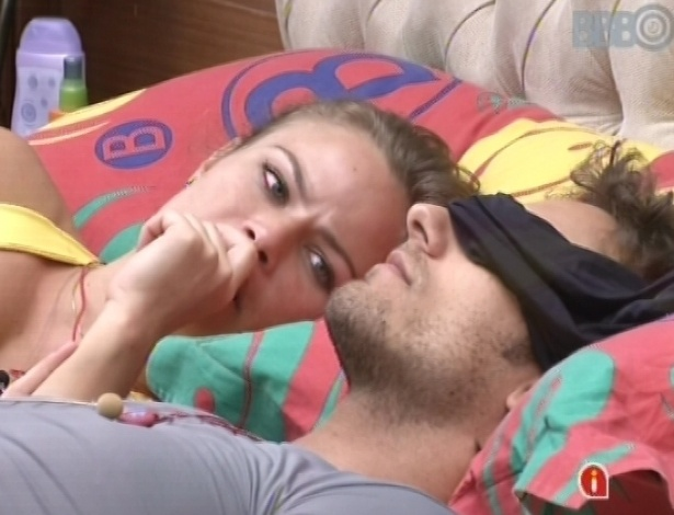 22.fev.2013 - Natália e Eliéser deitam juntos na cama e conversam sobre livros