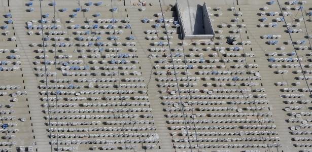 Cadeiras são instaladas no estádio Maracanã; reforma deverá ser concluída em abril