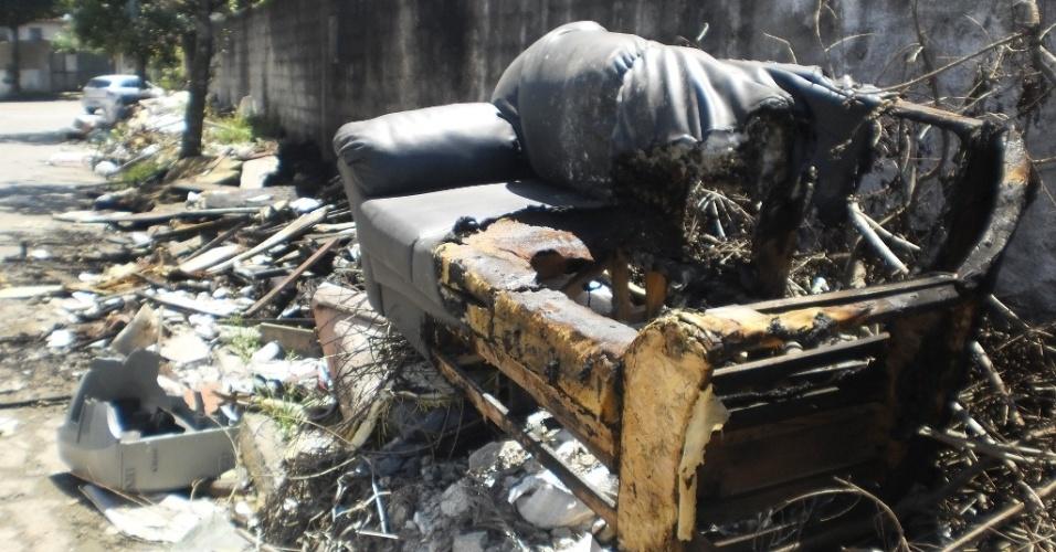 22.fev.2013 - O entulho acumulado na Vila São Jorge foi parcialmente queimado na tentativa de diminuir seu volume
