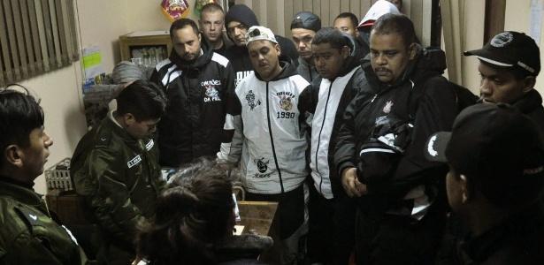 Torcedores corintianos prestam depoimento em delegacia em Oruro, na Bolívia