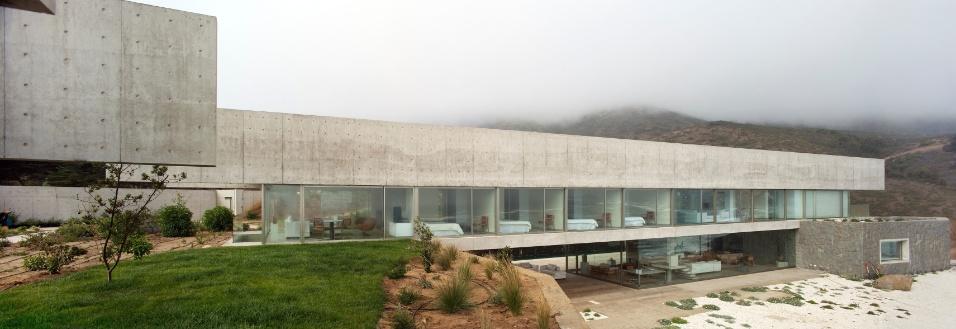 Com dois andares, as casas projetadas por Cristián Undurraga no litoral chileno têm arquitetura marcada por linhas limpas, formas racionais, integração com o entorno e máxima transparência