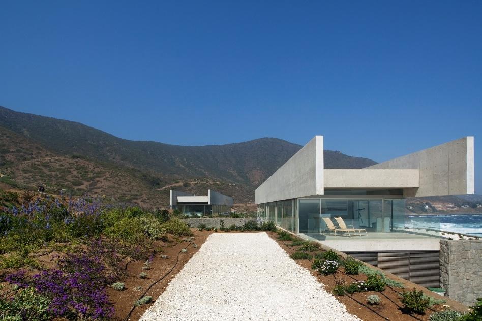 Discretas em sua implantação, as duas casas no litoral chileno estabelecem um diálogo entre si e com a exuberante natureza do litoral chileno. Construídas em Zapallar, têm projeto de autoria do arquiteto Cristián Undurraga