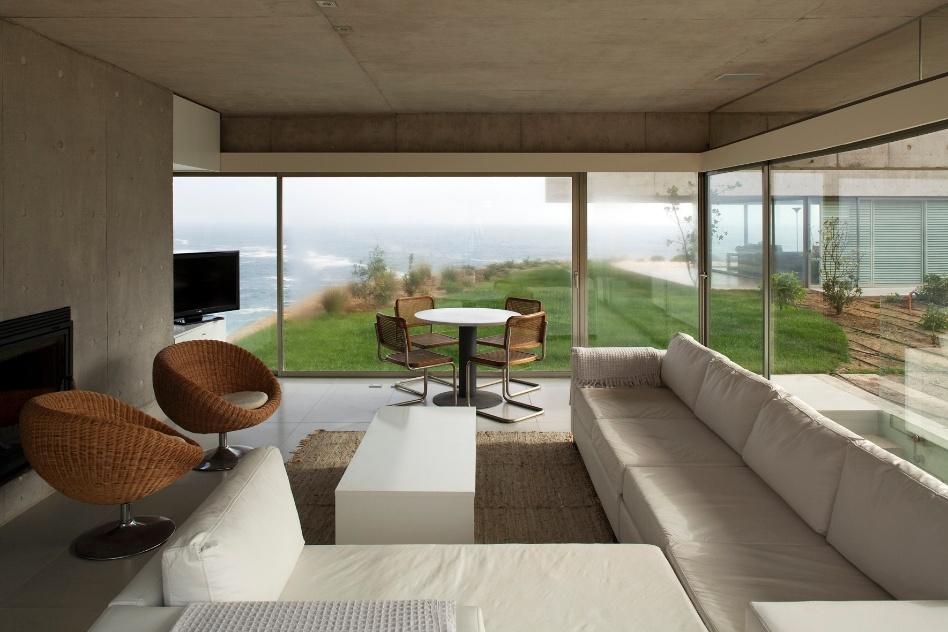 Em uma construção que maximiza a transparência, a paisagem ajuda a compor os interiores mobiliados discretamente com exemplares de design contemporâneo. O projeto das Casas del Horizonte é assinado pelo arquiteto Cristián Undurraga e foi construído em um balneário de luxo na costa central do Chile