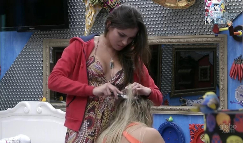 Kamilla corta mecha de cabelo de Fernanda com faca