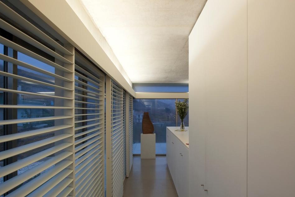 Na face norte, onde os raios solares incidem com maior força, as janelas das Casas del Horizonte ganharam a proteção de persianas retráteis. Na foto, o corredor de acesso a uma das suítes. O projeto de arquitetura é de Cristián Undurraga, em Zapallar, Chile