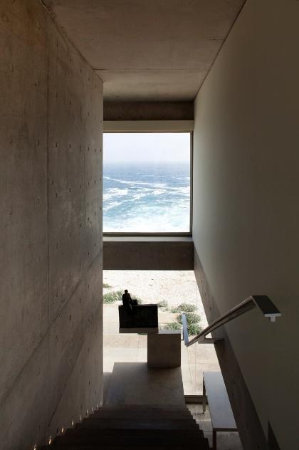 No projeto de Cristián Undurraga para as Casas del Horizonte, no litoral chileno, nem mesmo a escada foi privada da vista para o mar: panos de vidro intercalados por vigas de concreto, oferecem pequenas degustações da paisagem exuberante