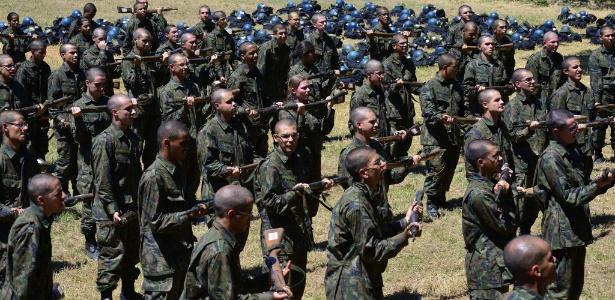 Dentre os 124 alunos aprovados no vestibular do ITA que fazem treinamento militar, 14 são mulheres